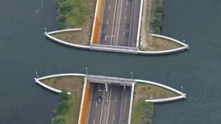 Il ponte che si inabissa nelle acque del nord