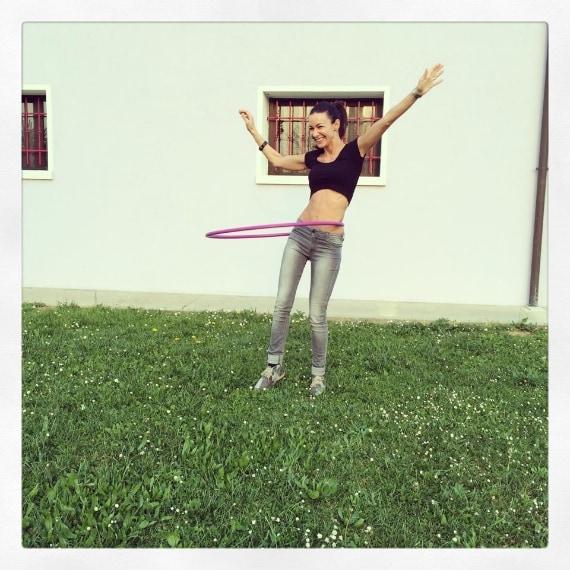 Su Instagram mentre gioca con l'hulla-hop.