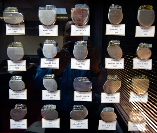 Alla Cornell University Wilson Greatbatch stava tentando di costruire un oscillatore per registrare i suoni del battito cardiaco negli animali. Utilizzando un transistor sbagliato scoprì che il dispositivo aveva un suono pulsante ritmico, come un cuore umano.