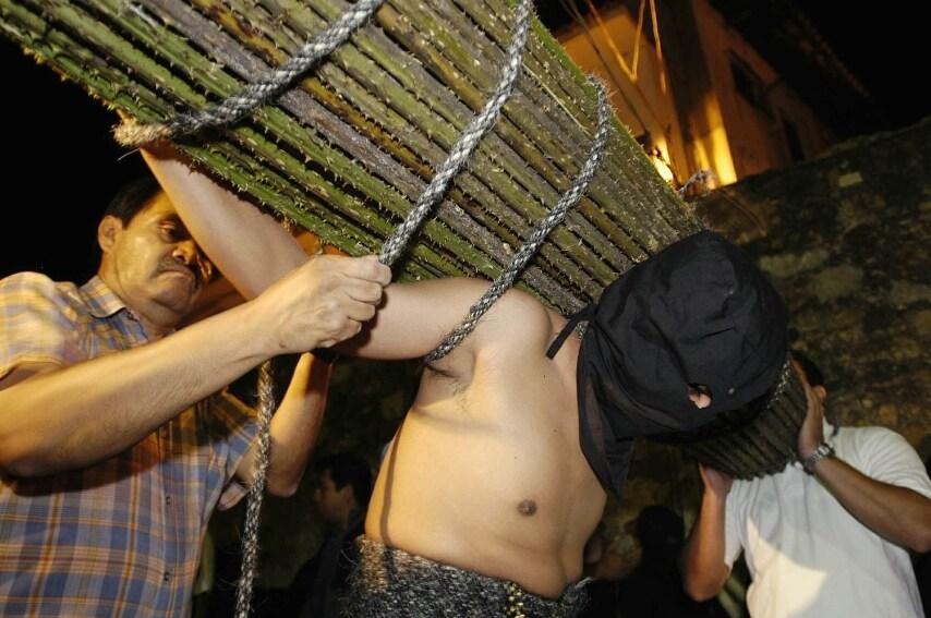 I penitenti si infliggono dolore come segno di fede durante la processione. Si tratta di un'antica tradizione che risale al Medioevo.