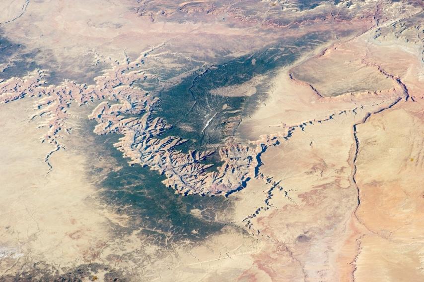A circa 300 km di altezza dalla superficie terrestre, in orbita sulla Stazione Spaziale Internazionale (ISS), il Grand Canyon appare così.