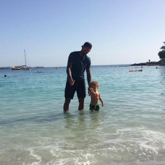 Kevin Prince Boateng e Melissa Satta sono volati alle Isole Canarie. Il calciatore si è scatenato in acqua con il piccolo Maddox. Ecco il tenero scatto diffuso sui social dalla sua compagna.