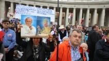Due Papi Santi, la commozione scoppia in Piazza San Pietro