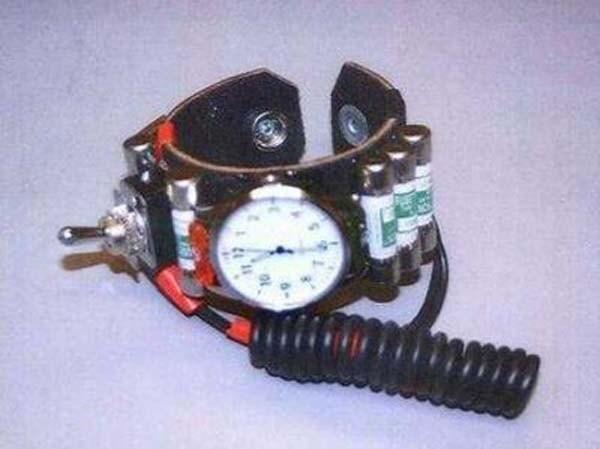 Geoff McGann, un creativo pubblicitario, ha provato ad imbarcarsi avendo al polso un orologio con tutti gli elementi per costruire una bomba.