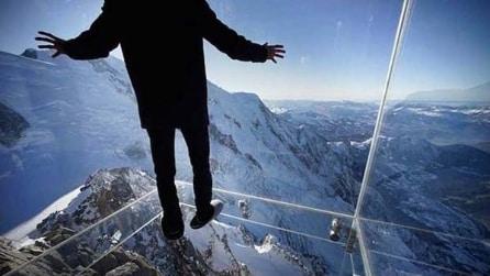 """Monte Bianco, il """"Passo nel vuoto"""" dell'Aiguille du Midi"""