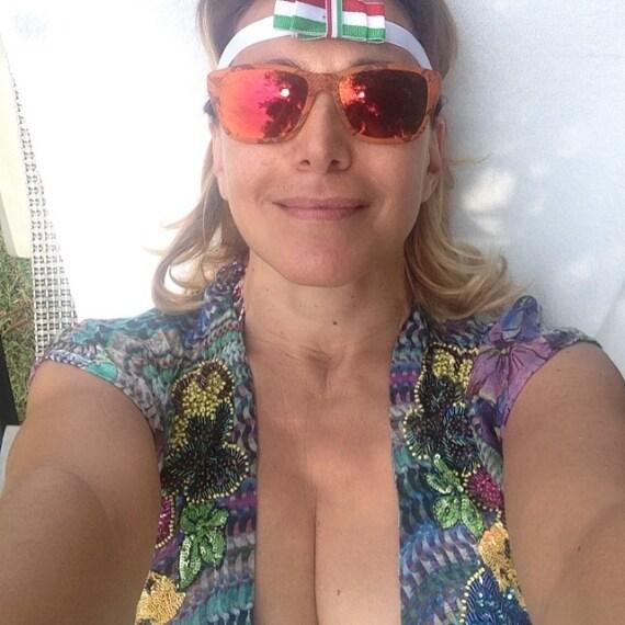 """Barbara D'Urso è pronta ad assistere alla partita """"Italia - Costa Rica"""". Fascia tricolore sulla fronte, profonda scollatura e un selfie su Instagram. La presentatrice grida: """"Forza Azzurri!"""""""
