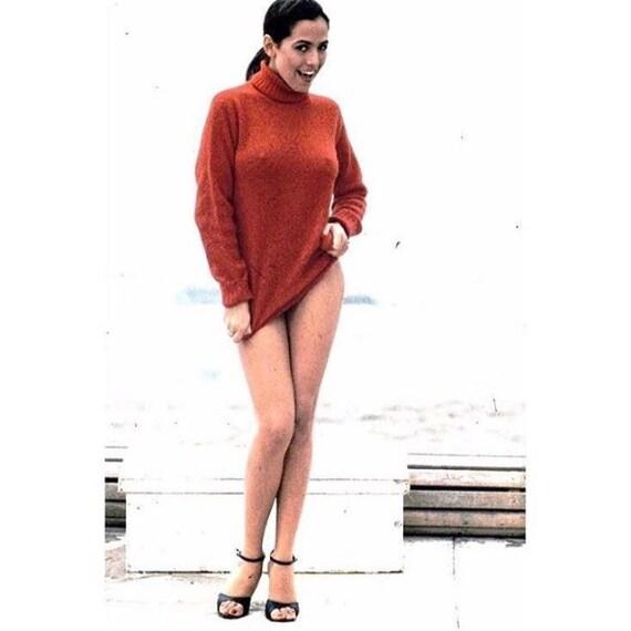 La presentatrice di 'Pomeriggio 5' ha condiviso con i fan uno scatto del passato. La foto, decisamente sensuale, la ritrae con addosso solo un maglione, che evidenzia le sue curve.