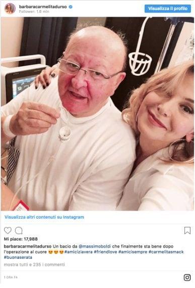 """Barbara D'Urso è andata a trovare Massimo Boldi dopo l'intervento al cuore, resosi necessario per via di tre coronarie ostruite. La conduttrice ha rassicurato i fan dell'attore: """"Un bacio da Massimo Boldi che finalmente sta bene dopo l'operazione al cuore""""."""
