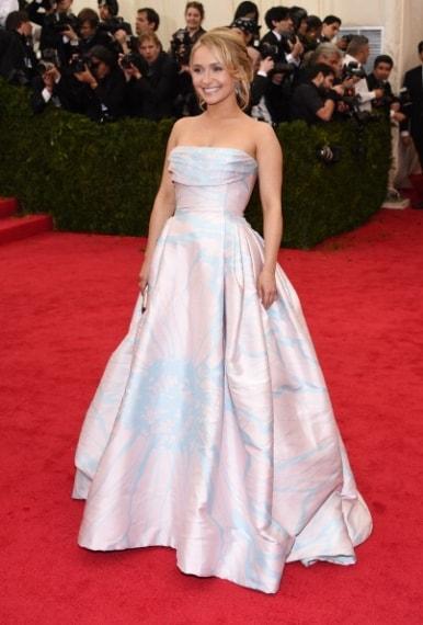Un bel no per Hayden Panettiere che si è presentata con un enorme abito meringa, decisamente out. Voto 3