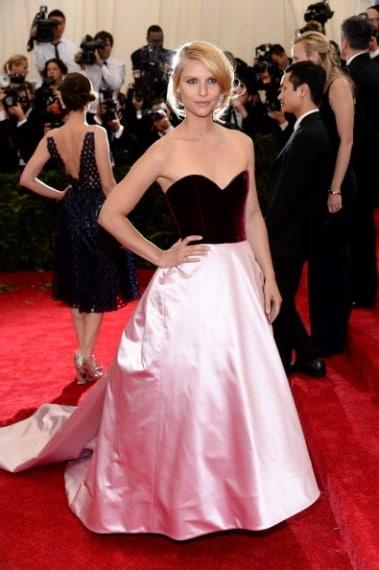 L'attrice negli anni '90 era una delle più celebri, forse per questo ha scelto di tornare al passato indossando un abito fuori moda. Voto 5