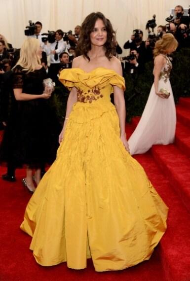 Un pulcino giallo si aggira sul red carpet... Eccessiva e ridicola. Voto 1