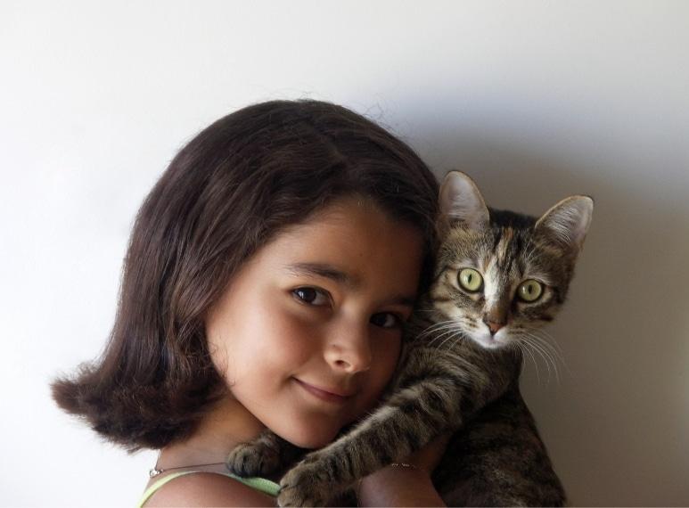 Gli amici a quattro zampe non sono una priorità tra chi ha problemi di bilancio familiare. Immagine da http://it.wikipedia.org/wiki/File:Girl_and_cat.jpg