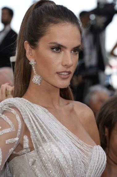 Semplice ma sofisticato il make up effetto sunkissed della modella brasiliana: incarnato luminoso grazie al bronzer e occhi soft.