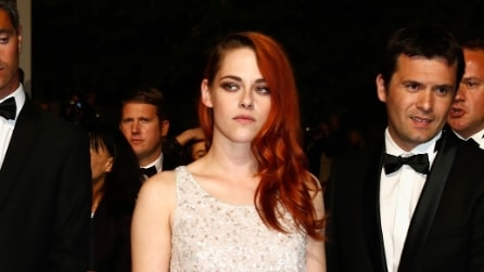 Kristen Stewart a Cannes: broncio, paillettes e sneakers sul red carpet
