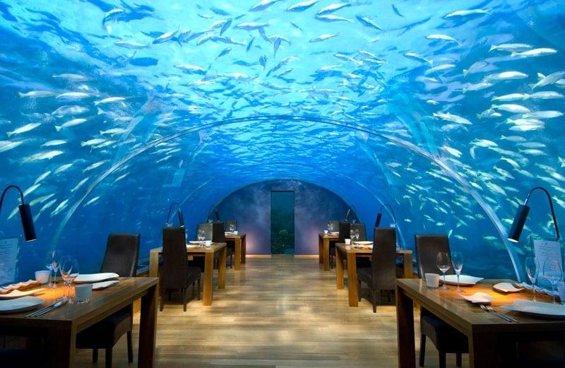 A 16 piedi (4.87m) sotto il livello del mare, Ithaa , che significa madre-perla in Dhivehi, è una struttura per lo più in acrilico con una capacità di 14 persone. Lo spazio è di circa 5m x 9m ed è stato progettato e costruito da MJ Murphy. L'ingresso al Ithaa è per mezzo di una scala a chiocciola in un padiglione di paglia alla fine di un molo del Conrad Maldives Rangali Island Resort.