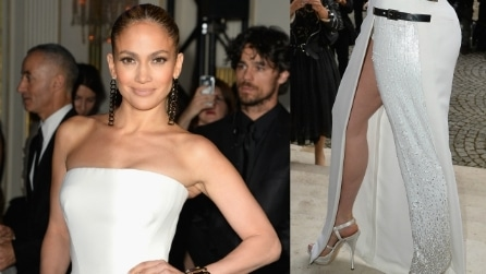 Jennifer Lopez, spacco sexy alla sfilata di Versace