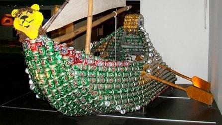 Imbarcazioni fatte con lattine di birra e soda