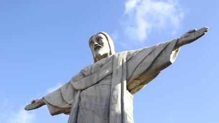 Napoli, nella centralissma Piazza Dante sbuca un Cristo Redentore di 20 m