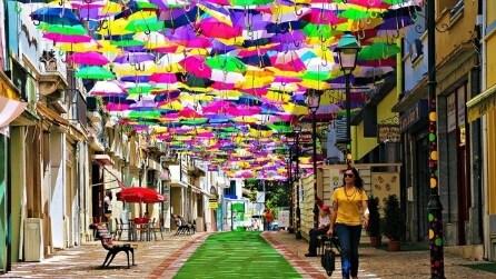Centinaia di ombrelli sulle strade del Portogallo
