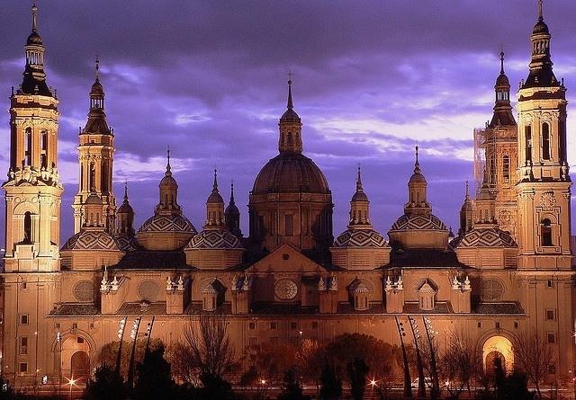 Una delle cattedrali più note in Spagna, la Basilica di Nostra Signora del Pilar si trova nella città di Saragozza, sulle rive del fiume Ebro. Lo stile gotico caratteristico conferisce a questo edificio un aspetto unico.