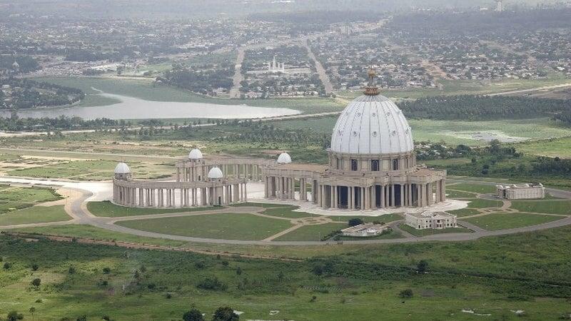 8.411 metri quadrati (circa 90000 piedi quadrati). L'edificio della chiesa è stato ispirato dalla Basilica di San Pietro nel 1989. Sebbene sembrare piccolo, può ospitare fino a 18.000 persone all'interno.