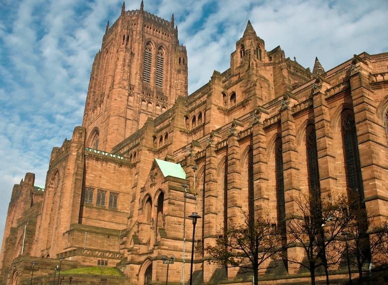 La più grande chiesa anglicana in Europa, la Cattedrale di Liverpool è dedicata a Cristo e la Beata Vergine.