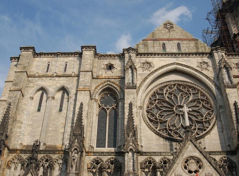 La più grande chiesa in USA , la Cattedrale di St. John the Divine è opera dell'architetto Simon Veridi. Anche se la costruzione è iniziata nel 1892, questa cattedrale Manhattan è ufficialmente ancora incompiuto.