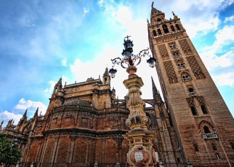 Con una superficie totale di 11.520 metri quadrati, la Cattedrale di Siviglia ha incrinato la top 3 della nostra lista delle più grandi chiese. Dopo il suo completamento nel XVI secolo, la Cattedrale di Santa Maria della Sede effettivamente possedeva il titolo della più grande cattedrale del mondo.