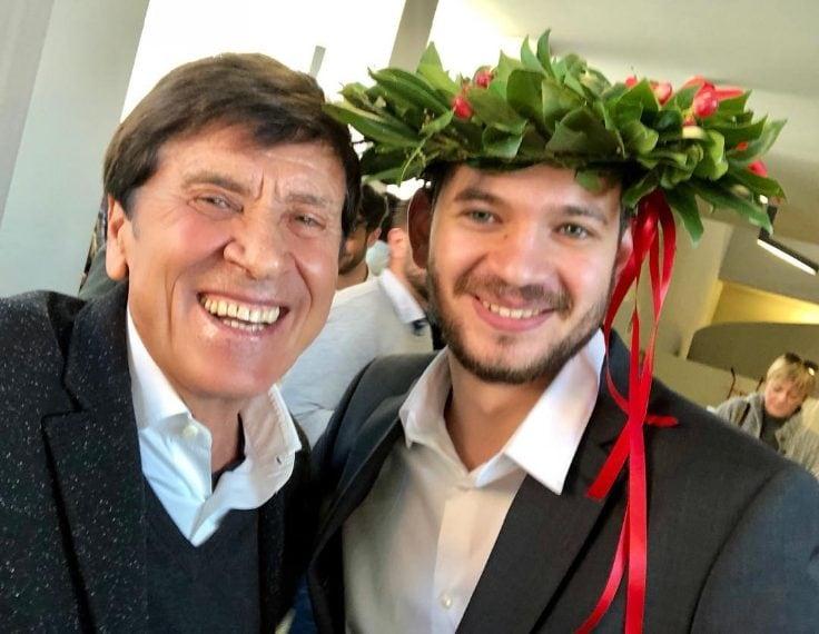 """""""Mio nipote Paolo Antonacci oggi è dottore!"""": con queste parole Morandi ha annunciato che il nipote - figlio di Biagio Antonacci e Marianna Morandi - si è laureato in scienze della comunicazione all'Universita IULM di Milano."""