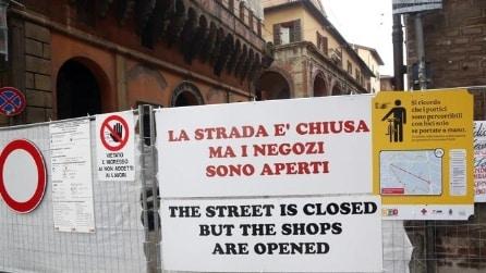 """""""The street is closed"""": cartello in strada con errore di inglese"""