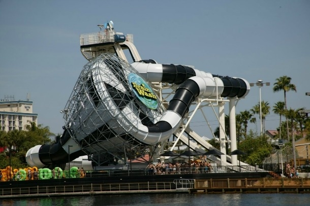 """Wet n 'Wild Orlando è un luogo ideale per combattere il caldo della Florida. La corsa più popolare, """"The Wash Cervello"""", contiene una caduta di 53 metri in un imbuto a cupola."""