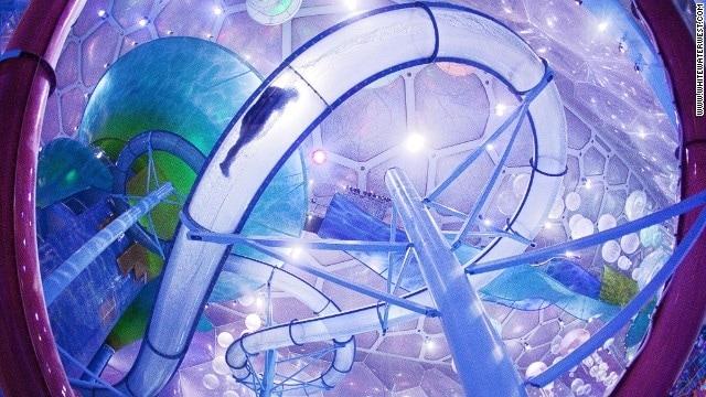 Tutti gli scivoli di Watercube Waterpark sono stati progettati all'estero e spediti qui. Importanti anche la corsa a forma di imbuto Tornado, Aqualoop scivolo e Bulletbowl, dove i piloti percorrono uno scivolo chiuso in una ciotola grande. I visitatori dovrebbero tenere d'occhio l'enorme medusa e le nuvole di bolle sospese dal soffitto.