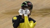 """Indossa guanti con la scritta """"Save Gaza"""", ciclista rischia squalifica"""