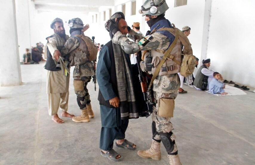 Afghanistan. la sicurezza controlla i fedeli che entrano in moschea a Kandahar