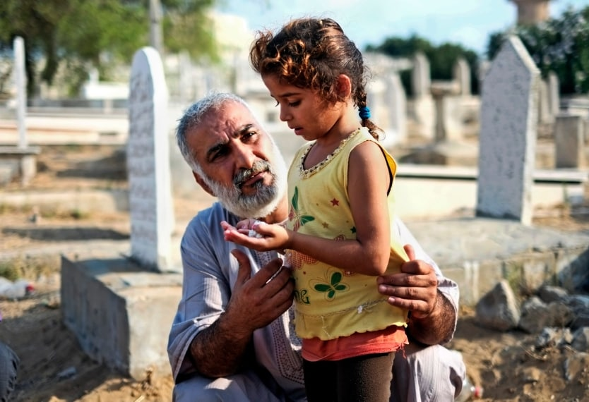 Gaza, preghiere sulle tombe dei parenti