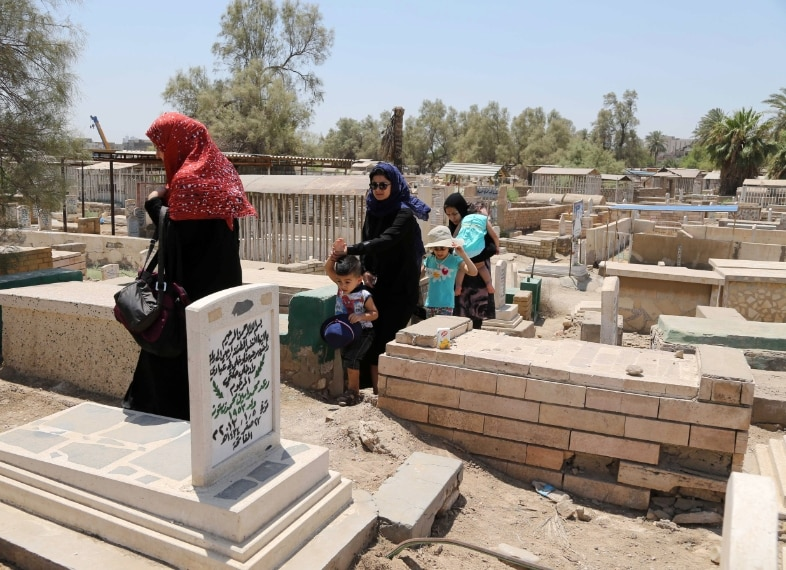 Baghdad, Iraq preghiere sulle tombe dei parenti