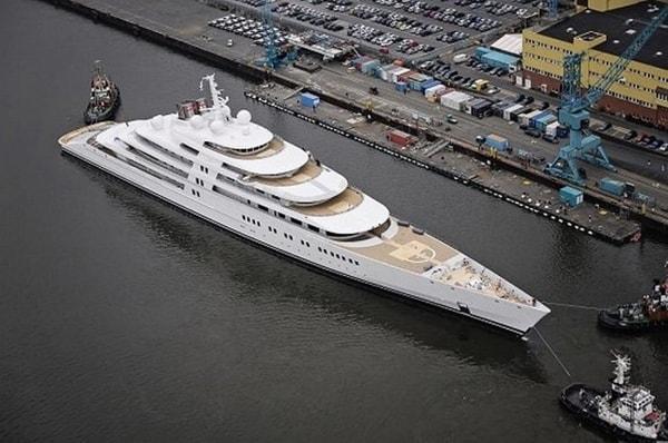 """Questa nave di lusso è stata recentemente consegnata alla fortunata Sheikh Khalifa bin Zayed al-Nayan, presidente degli Emirati Arabi Uniti e emiro di Abu Dhabi per non meno di $ 650 milioni. I produttori vantano che l'Azzam è """"lo yacht più complesso e impegnativo che sia mai stato costruito""""."""