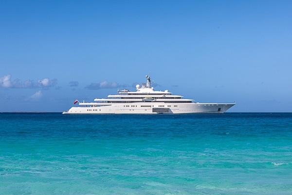 Il miliardario russo Roman Abramovich è l'orgoglioso proprietario dell'Eclipse, il secondo yacht più costoso al mondo. Costruito da Blohm e Voss di Amburgo, misura 536 metri di lunghezza rendendolo anche il secondo yacht più grande al mondo.