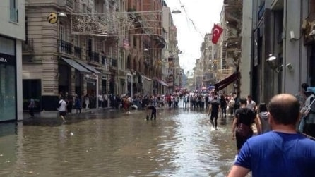 Prima la tromba d'aria, poi l'alluvione: Istanbul allagata