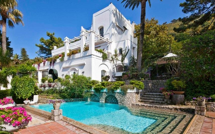 Sull'isola di Capri, Villa Le Scale tempo era la casa di un aristocratico italiano. Piena di opere d'arte e oggetti d'antiquariato, la proprietà è comunque completamente modernizzato e comprende una palestra e una piscina. Può ospitare 14 ospiti in sette suite. Posti letto: 14 in sette suite Costi: Da € 19,600 (£ 16,550) a settimana in bassa stagione, compresa la prima colazione; da € 26,425 (£ 22