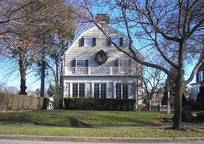 É stata la base di 11 film di paura in cui le famiglie sono terrorizzate da entità paranormali. È possibile acquistare la casa in cui Ronald DeFeo Jr. ha sparato e ucciso sei membri della sua famiglia per appena 950 mila dollari.