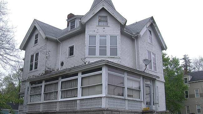Lizzie Borden era una donna che nel 1892 è stata processata per aver ucciso suo padre e la matrigna. La donna è stata assolta, quindi sentitevi liberi di acquistare la casa dove lei ha dormito per soli $ 650.000.
