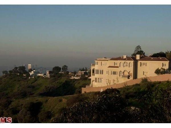 Questa casa è in vendita per 15 milioni dollari. Ci sono state segnalazioni di astronavi aliene in visita alla casa sulle colline di Los Angeles, dove pare ci sia un cimitero indiano. La casa poi, disabitata da molto tempo, è diventata la casa di satanisti e tossicodipendenti. Però nasconde un grande potenziale messa a nuovo.