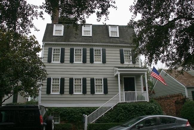 La casa di Hampton Lillibridge a Savannah ha avuto un sacco di episodi paranormali, tra cui apparizioni di uomini in accappatoio e voci di bambini che bisbigliano nelle pareti. I proprietari dicono che hanno recentemente dipinto la casa di un 'debole blu' perche gli 'spiriti' sono respinti da quella sfumatura di colore. Se questo è sufficiente per voi, la casa è disponibile per soli $ 2,8 milioni.