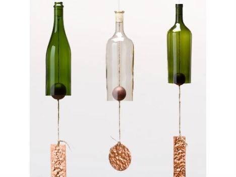 Con gli strumenti giusti per tagliare il vetro, dello spago e un po' di rame si realizzano questi simpatici campanellini.