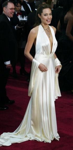 Con un sensuale abito scollato di Marc Bouwer alla cerimonia degli Oscar del 2004
