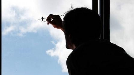 Pejac, l'artista di strada spagnolo si diverte con un omino nel cielo