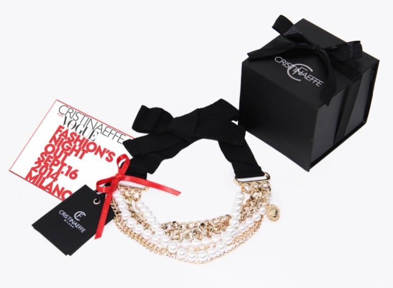 Collana con catena oro e perle, da allacciare a fiocco in tessuto nero. Euro 38,