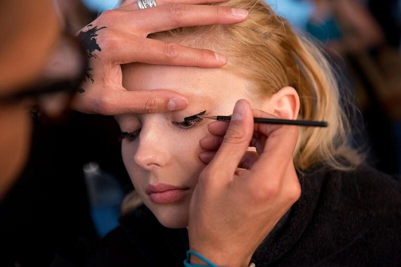 Il make up è naturale con focus sugli occhi con un eye liner grafico
