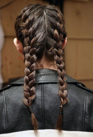 Per i capelli torna la treccia: doppia e perfetta